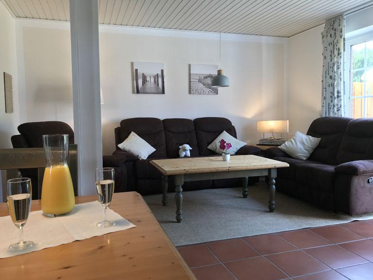 Couch im Wohnzimmer mit Tisch