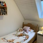 Kinderzimmer mit Einzelbett links
