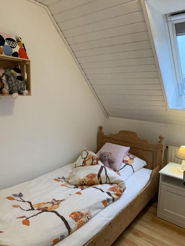 Einzelbett im gemütlichen Kinderzimmer